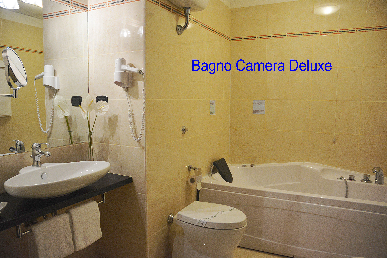 Aotel con centro benessere e centro estetico - Camera con bagno ...